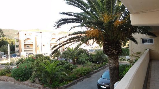 Calvi Hotel: The front of the hotel view from the second floor passageway