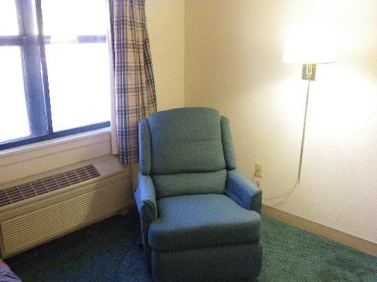 Extended Stay America - Detroit - Ann Arbor - Briarwood Mall: Comfortable recliner