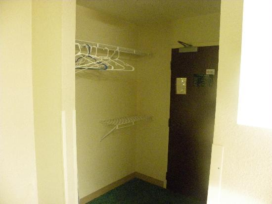 Extended Stay America - Detroit - Ann Arbor - Briarwood Mall: Closet area