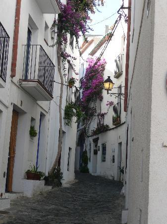 Cadaques, Spagna: a typical street scene