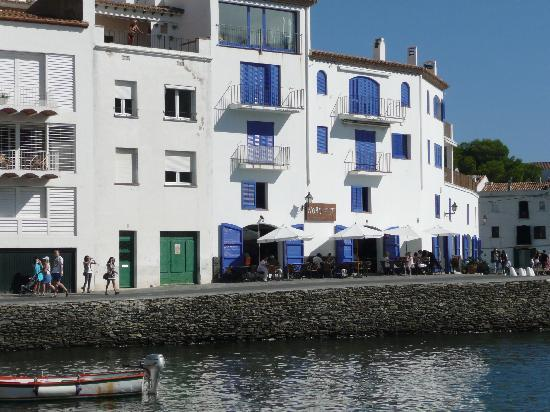 Cadaques, Spanien: bar on the harbour front