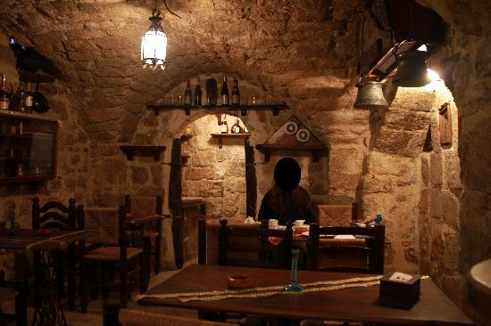 Hanania Hotel: Breakfast nook/cave, former wine cellar