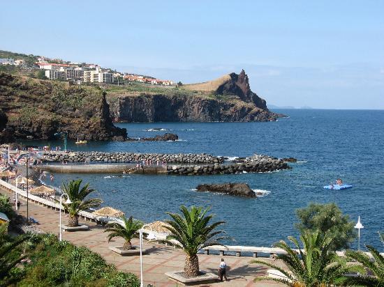 Canico, Portugalia: plage de galet et la promenade