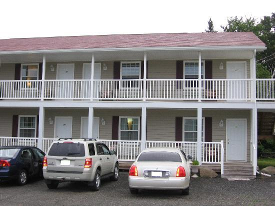 Airport Inn: Newer building is much nicer