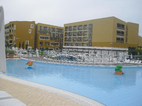 Umag, Croatia: Das Hotel und die Poolanlage.