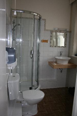 St. George Hotel: bathroom
