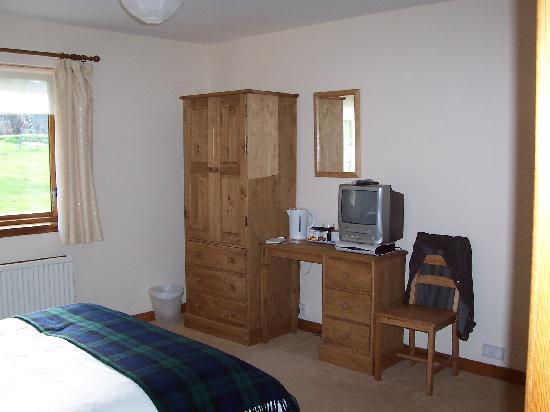 Tom-A-Mhuillin B&B: Plenty of space with wardrobe, desk etc