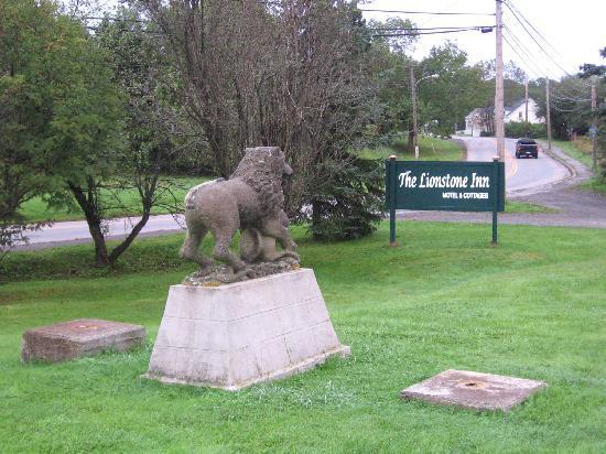 The Lionstone Inn: Lionshead Inn statue