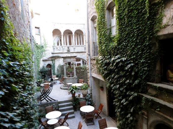 Caunes-Minervois, France: Courtyard