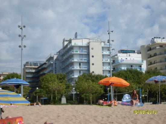 Internacional Hotel: posicion playa-hotel