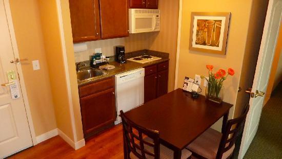 Homewood Suites Houston near the Galleria : Small kitchen