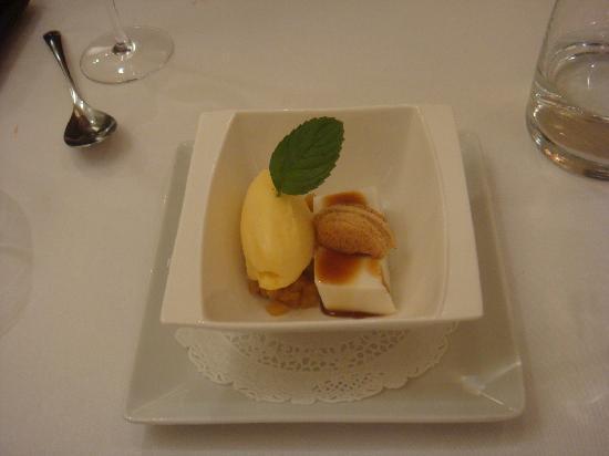 Bossost, إسبانيا: flan à la noix de coco, ananas rôtie et sorbet passion