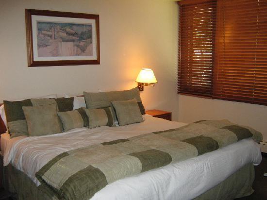 Hearthstone House : Bedroom-Queen Ground floor