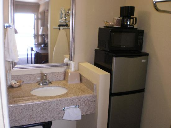 Executive Inn: Refrigerator/Microwave and In-Room Coffee Maker