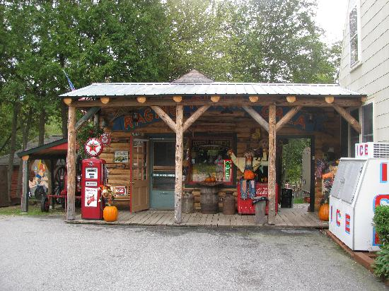 Country Bumpkins Campground and Cabins: General Store on property- has it all