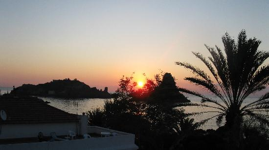 Grand Hotel Faraglioni: l'alba vista dal balcone della mia camera