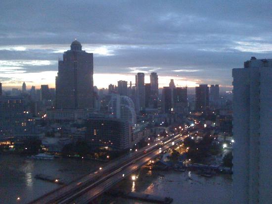 TheRiverSideBangkok Elegant Apartments: 部屋からの日の出