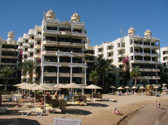 SUNRISE Holidays Resort: View at the hotel from the beach