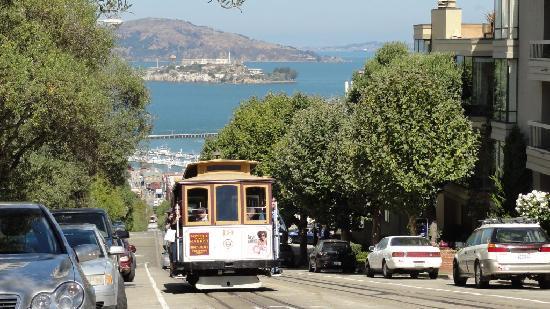 San Francisco, CA: Cable Car vor der Bucht, im Hintergrund Alcatraz