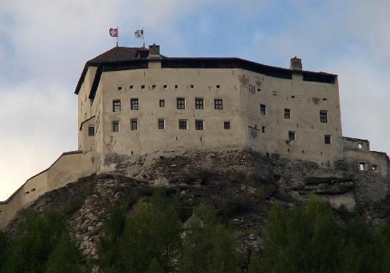 Schloss Tarasp: タラスプ城を下から見上げる