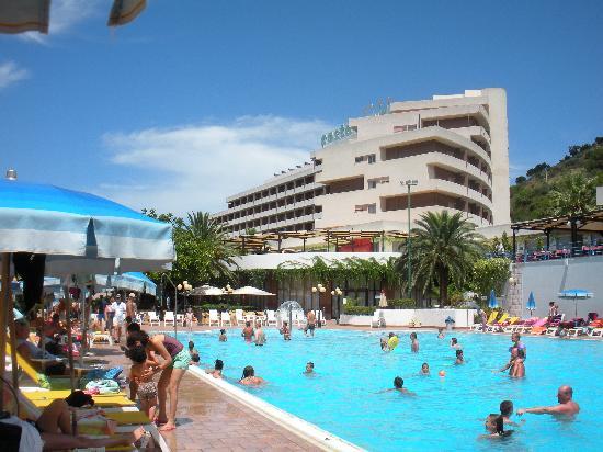 Hotel Club Costa Verde : Vue de l'hotel avec la piscine