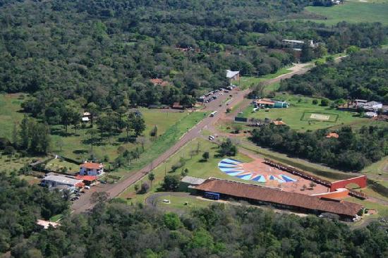 San Martin Hotel & Resort: Lage des Hotels: vorne rechts der Eingang zum Park, dahinter der Hubschrauber Landeplatz, gegenü
