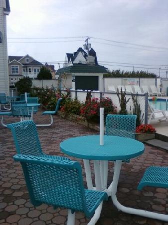 Sand Pebble Motor Lodge: Poolside tables.