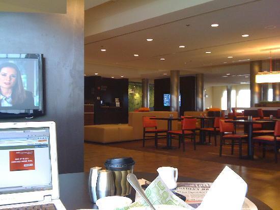 كورت يارد باي ماريوت شريفبورت - بوسير: private seating areas with tv's in the lobby.