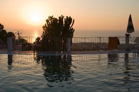 Hotel Carlo Magno: Tramonto dalla piscina