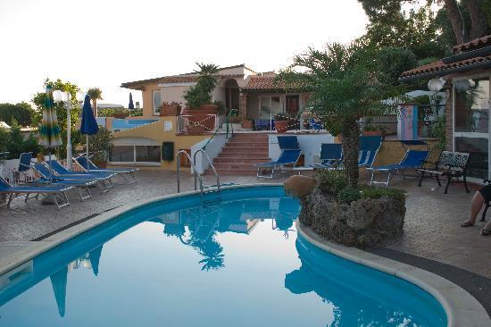 Hotel Carlo Magno: La piscina bassa per i bambini, all'esterno del ristorante