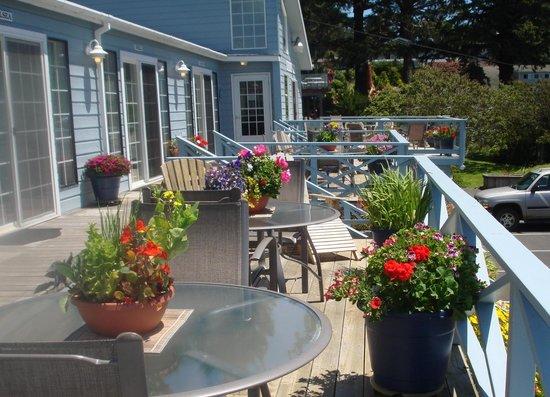 Ocean Cove Inn : Upper Building Deck in Summertime