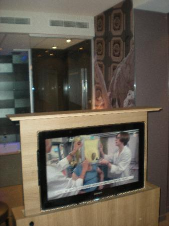 Hôtel Design Secret de Paris : la télé qui sort du lit