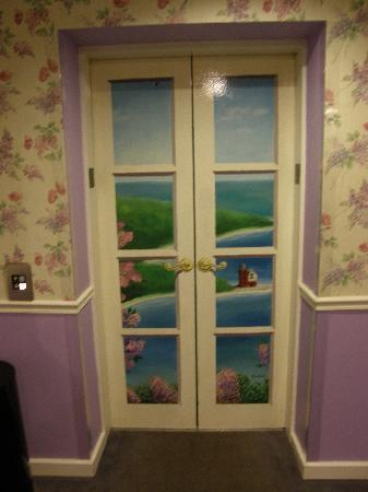 Lilac Tree Suites & Spa: Our elevator door