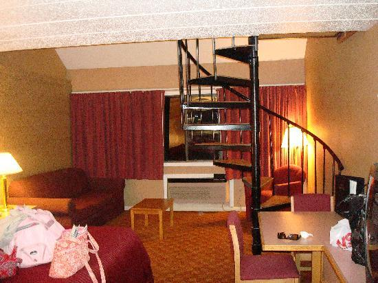Admiralty Inn and Suites: This is the bed, air condition and spiral staircase leading to another bed and jacuzzi.