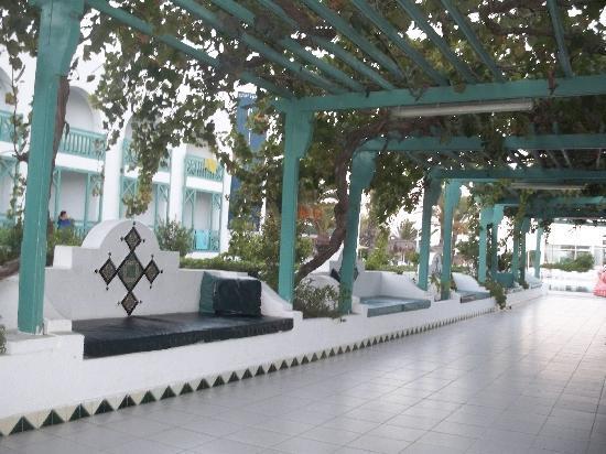 El Mouradi Cap Mahdia: canapé allée de l'hotel à la piscine