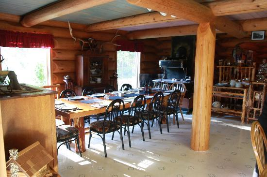 Kicking Horse Canyon B&B: Dining Room
