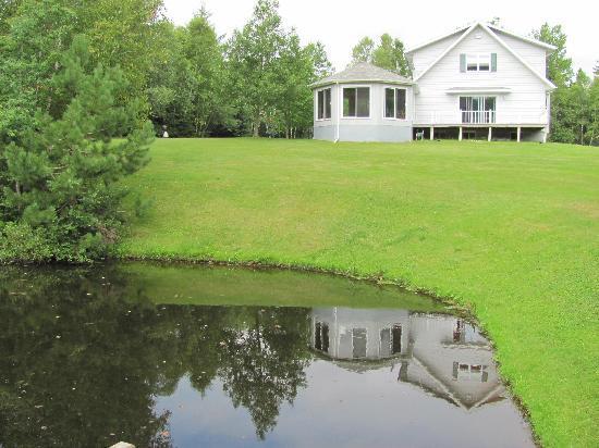 Country Charm Bed & Breakfast: 沼から見た宿。この沼、ボート遊びに最適。