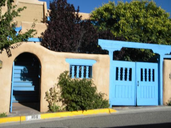 Casa Benavides Historic Inn: Gate to side of B&B complex