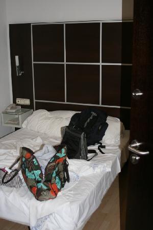 Los Girasoles I Hotel: Barely room to open the door.