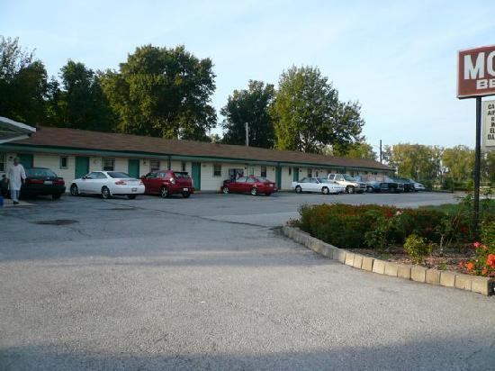 Bel Air Motel The Exterior And Parking Lot