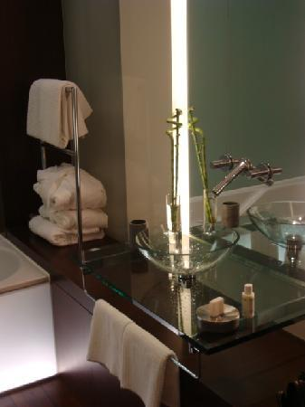 SIDE Design Hotel Hamburg: Bathroom