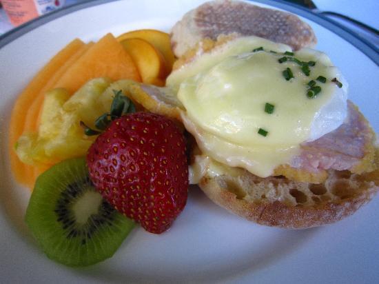 Stone Maiden Inn: Eggs Benedict Breakfast