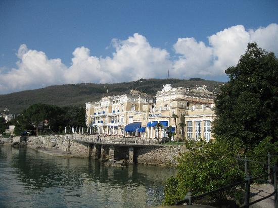 Remisens Premium Hotel Kvarner: Außenansicht von der Seeseite