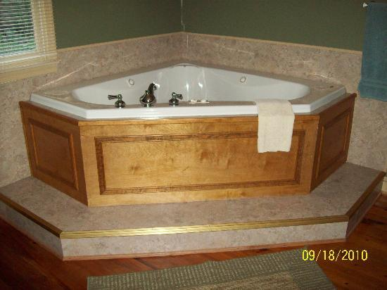 Brookside Cabins: The jacuzzi tub
