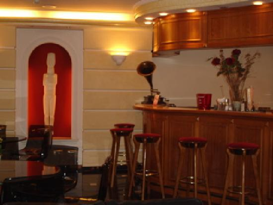 Oasis Hotel Apartments: Hotel Bar1
