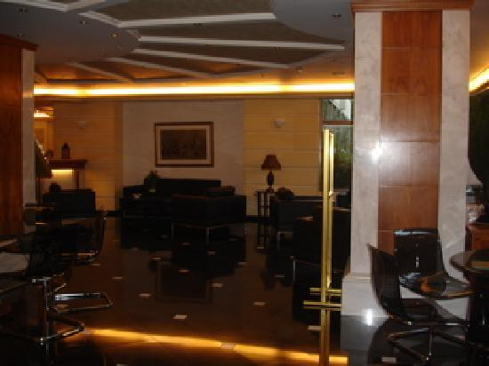 Oasis Hotel Apartments: Hotel Lobby