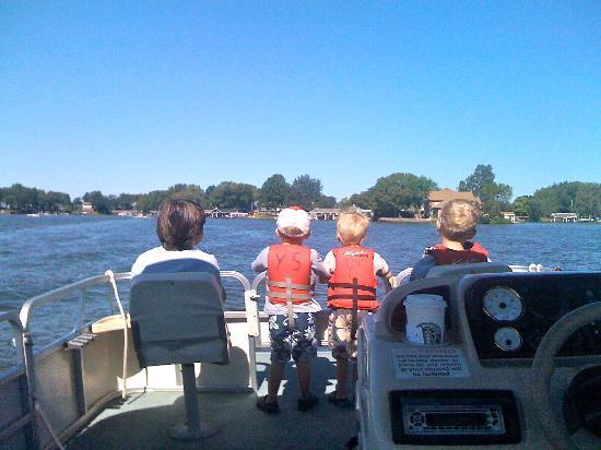 Blue Door Cottages: city kids on the pontoon boat