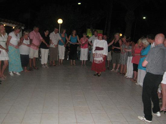 Niriides Beach Hotel: once you've had a wine or two you'll be up dancing!