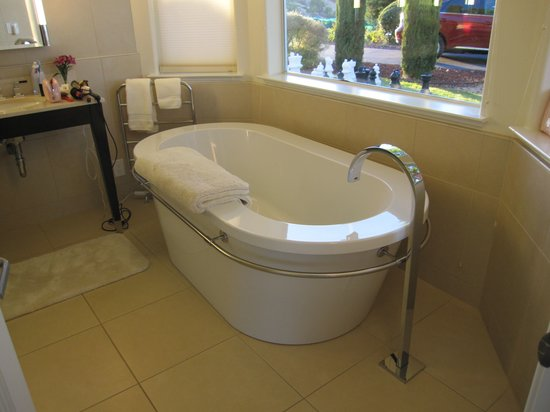 Seven Quails Vineyards Bed & Breakfast: RWAV Bathtub