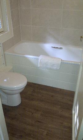 Chevin Country Park Hotel & Spa: The bathroom - not very hot water!